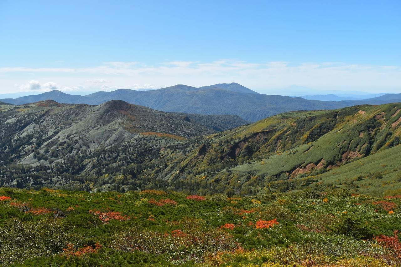 三ツ石山までの稜線と秋田駒ヶ岳の展望