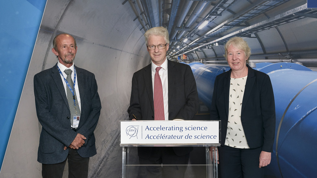 University of Bath Vice-Chancellor Prof Ian White (centre) signs the affiliation agreement with CERN