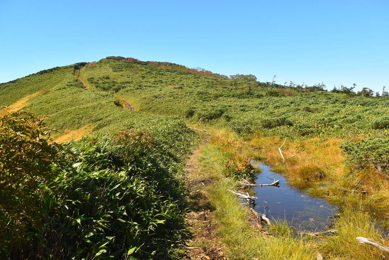 源太ヶ岳登山 稜線の池塘