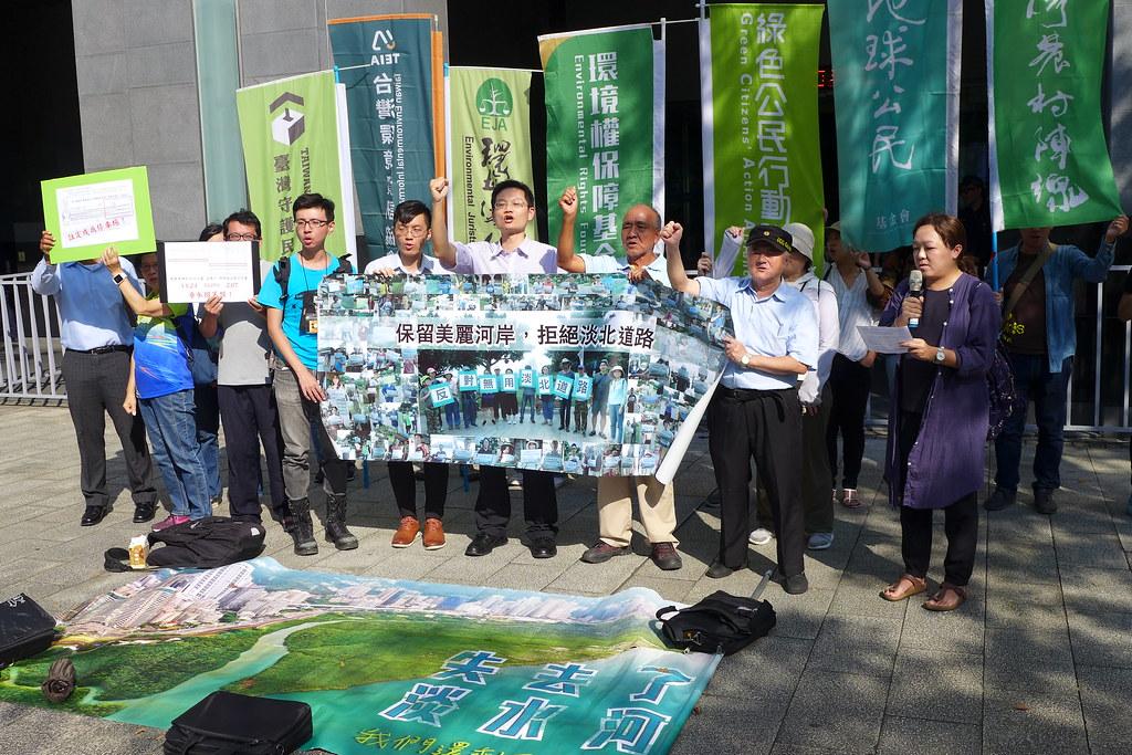 環保團體於環評會議開始前先於場外舉行抗議記者會。孫文臨攝