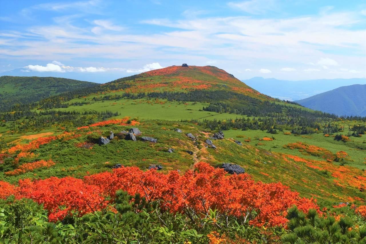 三ツ石山と紅葉と草原