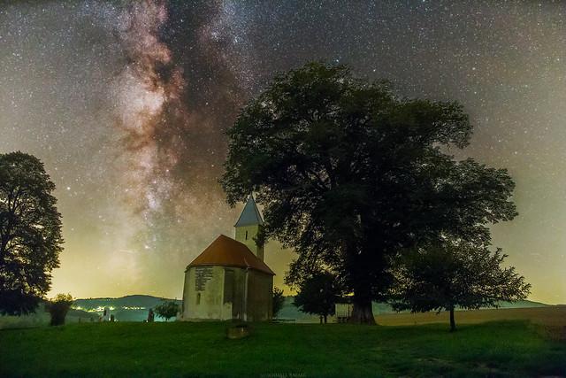 VCSE - Az Ilona-kápolna Teskánd mellett és a ránkboruló ég az észlelőhétvégén. A kép klikkelésre megnő. - Schmall Rafael felvétele