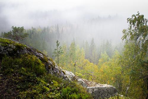 suomi finland laukaa hyyppää hyyppäänvuori mountain fog mist autumn fall syksy evening colors forest nature landscape cliff clouds nikon d3100 nikkor 1755mm view