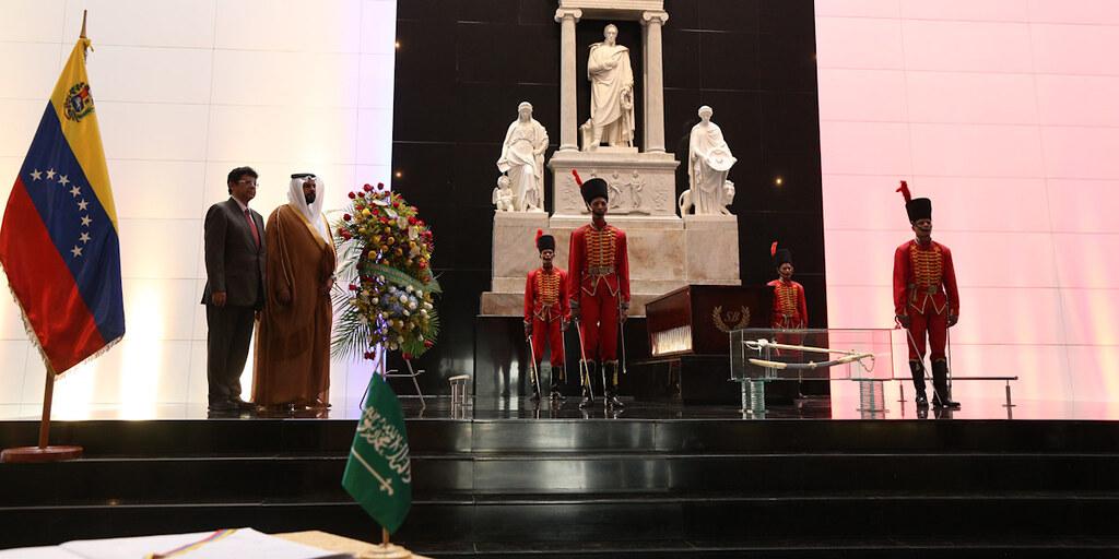 Ofrenda al Libertador por parte de la embajada del Reino de Arabia Saudita, con motivo del aniversario de la unificación del Reino