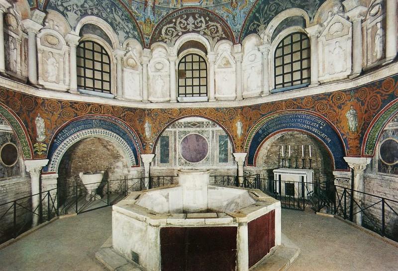 27 Интерьер и купель Баптистерия Православных