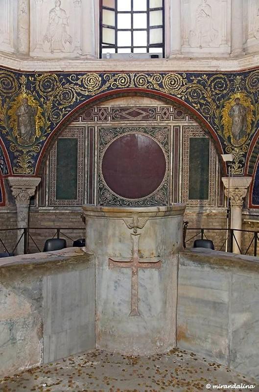 28 Баптистерий православных. Купель Место епискоа