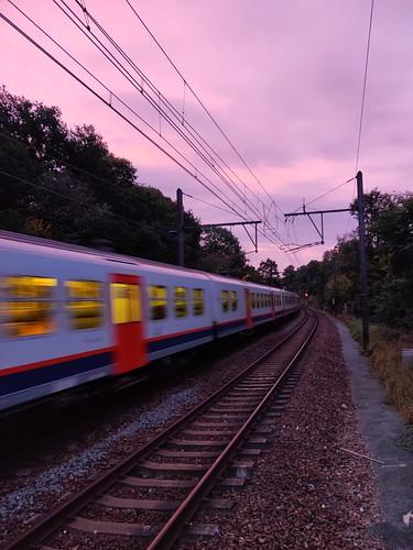 2019 linkebeek belgium belgique sunrise leverdesoleil pinksky cielrose train sncb nmbs speed vitesse tracks clouds nuages carriage voiture