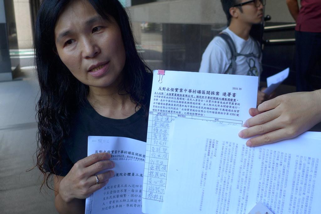 中華村社區發展協會理事長陳明華拿出村民大會的聯署資料,表達反對立場。孫文臨攝