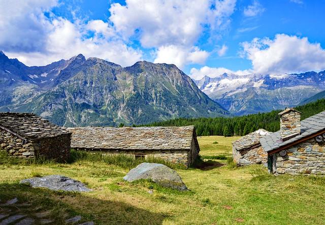 Le vecchie costruzioni di pietra all'Alpe d'Entova (1.917 m)