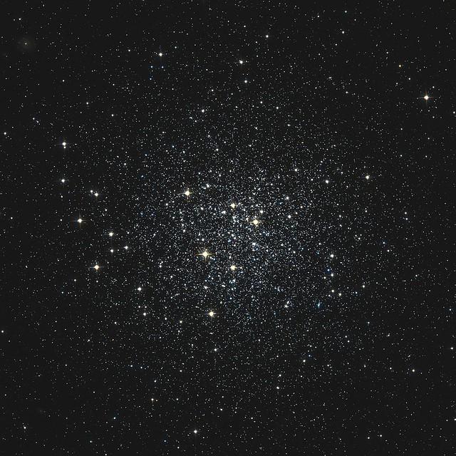 VCSE - Az M72 gömbhalmaz a Hubble Űrtávcső felvételén. Figyeljük meg a legfényesebb csillagok eloszlását: a képen balra jóval több van belőlük, mint más irányokban. Talán ezek összeolvadó fényét láttuk egy, a gömbhalmaz melletti fényes sávként a 46 cm-esben 380x-os nagyításnál. - HST, NASA, ESA
