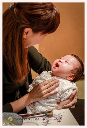 おばあちゃまに抱っこされて喜ぶ赤ちゃん