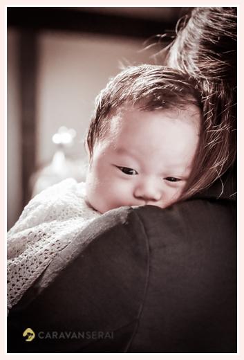 ミルクを飲んだ後、ゲップのために立て抱きにされる赤ちゃん