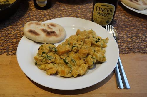 Indisch anmutendes Kürbisgericht mit in der Pfanne gebratenem Hefefladenbrot (mein Teller)