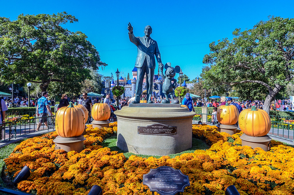 Partners statue pumpkins DL