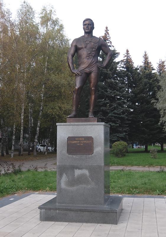 Новокузнецк - Памятник Манееву