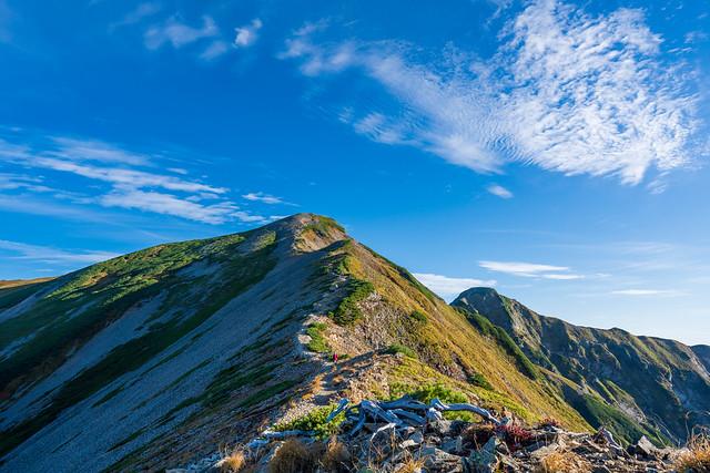 秋雲に聳えるピークへ