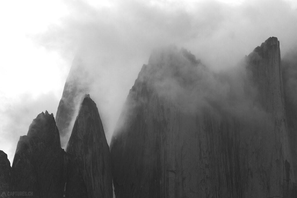 Peaks in the fog bw - Tasermiut