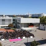 Sex, 27/09/2019 - 12:04 - A comunidade do Politécnico de Lisboa assinalou, no dia 27 de setembro de 2019, em vários locais, um manifesto em silêncio pelo clima. Entre as 11h00 às 11h11, vários estudantes, professores e não-docentes, vestidos de branco e preto, assinalaram, na Praça da Saúde da ESTeSL, no Campus de Benfica do IPL (ESCS, ESELx e ESML) e, no Auditório A do ISEL, um protesto de silêncio pela mudança imediata de comportamentos face às alterações climáticas e as suas consequências. Os '11' minutos simbolizam os anos que restam para limitar o aumento da temperatura global em 1.5º C e assim evitar grandes desastres ambientais.