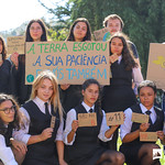 Sex, 27/09/2019 - 10:12 - A comunidade do Politécnico de Lisboa assinalou, no dia 27 de setembro de 2019, em vários locais, um manifesto em silêncio pelo clima. Entre as 11h00 às 11h11, vários estudantes, professores e não-docentes, vestidos de branco e preto, assinalaram, na Praça da Saúde da ESTeSL, no Campus de Benfica do IPL (ESCS, ESELx e ESML) e, no Auditório A do ISEL, um protesto de silêncio pela mudança imediata de comportamentos face às alterações climáticas e as suas consequências. Os '11' minutos simbolizam os anos que restam para limitar o aumento da temperatura global em 1.5º C e assim evitar grandes desastres ambientais.