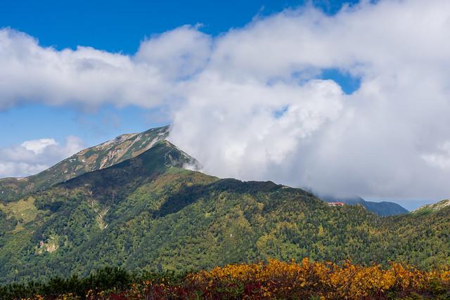 鹿島槍ヶ岳への稜線と冷池山荘・・・東側からガスが上がる