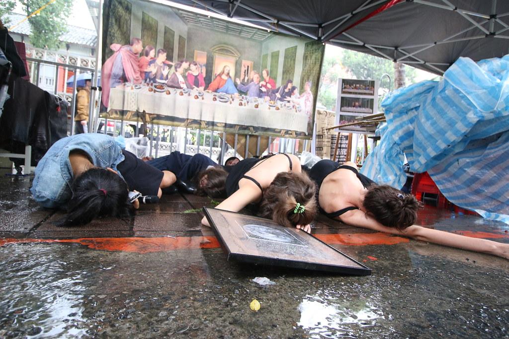 「反叛滅絕」的台灣團隊以外籍青年黑衫組成西式殯葬隊伍。