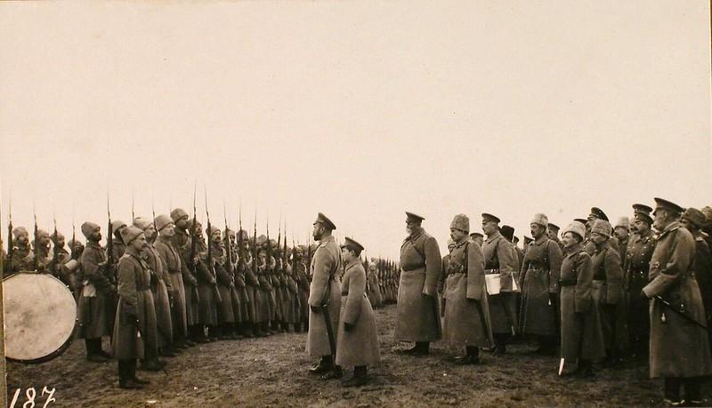 Император Николай II и Цесаревич Алексей Николаевич перед ротой Латышского батальона во время посещения Рижского укрепленного района. Рига. 29 октября 1915 г.