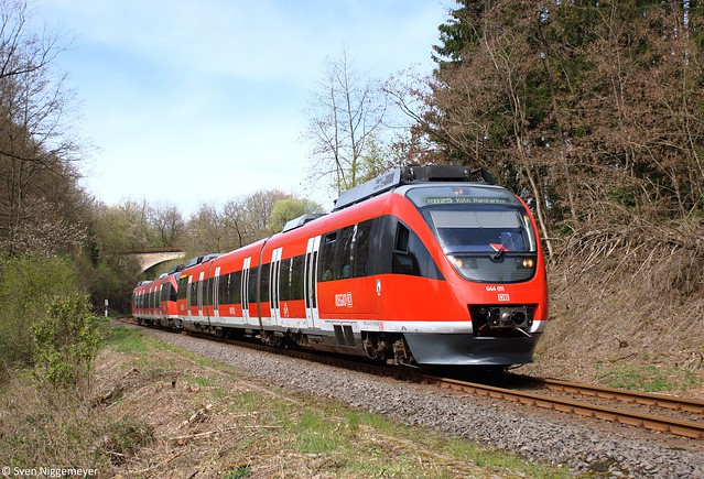 644 011 + 644 034 als RB25 von Marienheide nach Köln Hansaring kurz nach der Ausfahrt aus Marienheide am 28.04.12