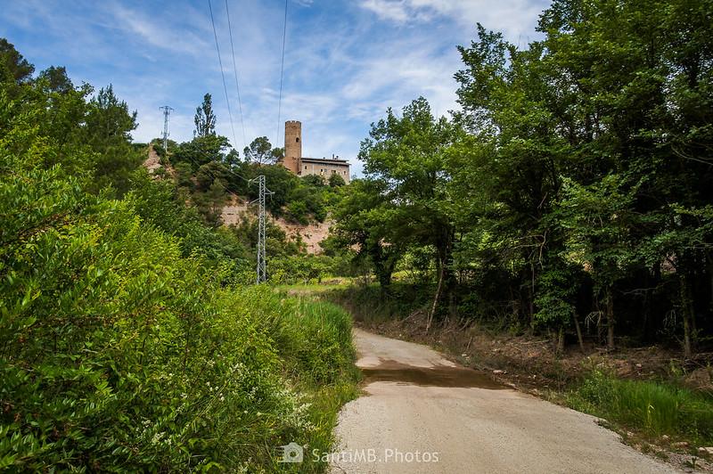 Camino de Coaner cruzando la riera y Torre de Coaner al fondo