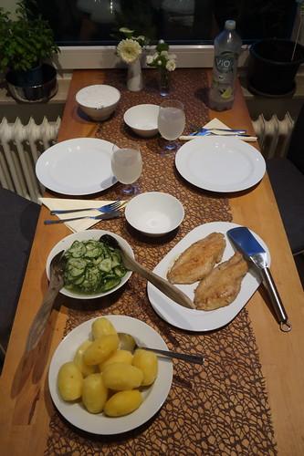 Rotbarsch-Filet mit Salzkartoffeln, Joghurt-Dip und Gurkensalat (Tischbild)