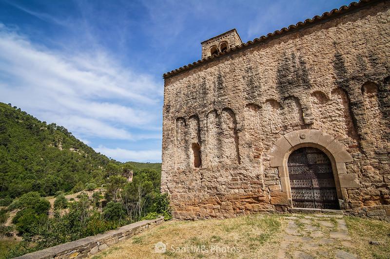 Fachada de Sant Julià de Coaner y el santuario a lo lejos