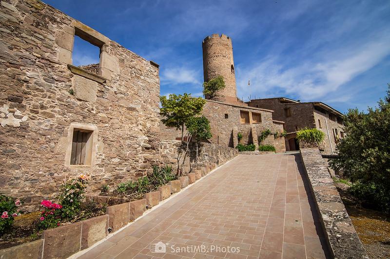 Torre del castillo de Coaner y la masía de Can Serra adosada a ella