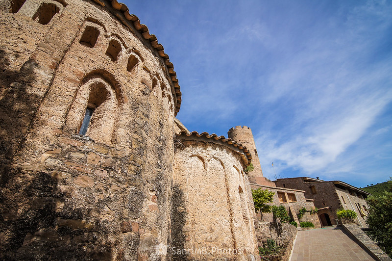 Ábsides de Sant Julià de Coaner y la torre medieval al fondo