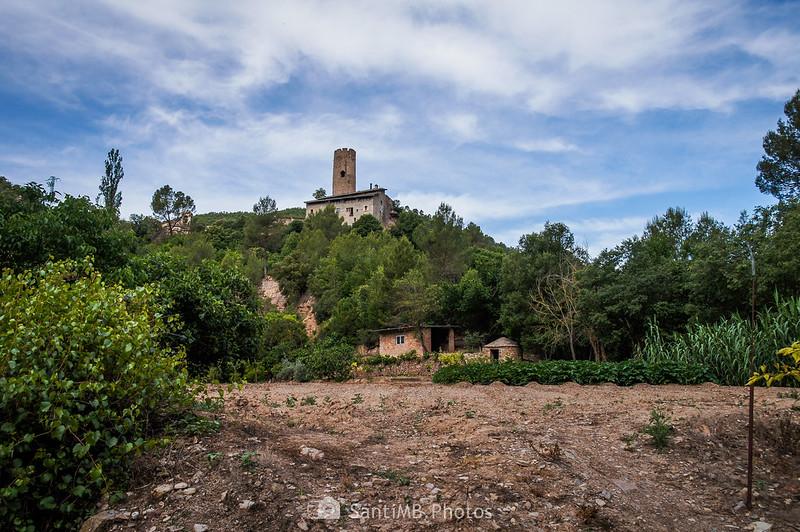 Masía de Can Serra y la Torre de Coaner desde el camino