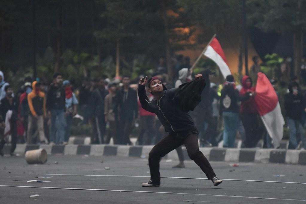 在雅加達,示威者向警方投擲石塊。(圖片來源:Antara Foto/Reuters)
