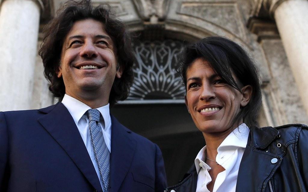 協助DJ法柏前往瑞士接受安樂死的基進黨成員卡帕托(左)與DJ法柏的前女友因布羅洛(Valeria Imbrogno)。(圖片來源:EPA)