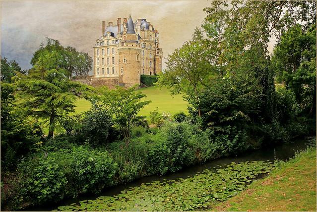 Le Château de Brissac depuis le parc paysager du Château, Brissac Loire Aubance, Maine-et-Loire, France