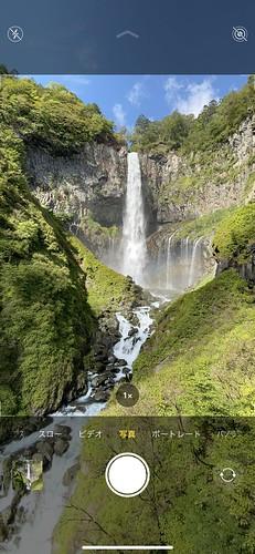 中央が標準(広角)カメラの撮影範囲だが、超広角カメラに切り替えると滝の下の方まで撮れる