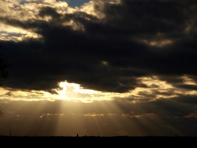 Dunkle Wolken und Sonnenstrahlen.