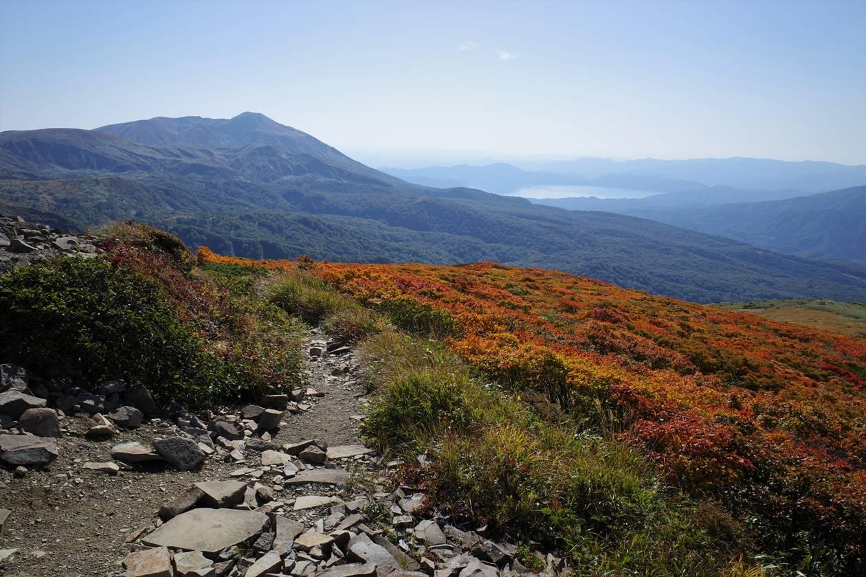 乳頭山から眺める秋田駒ヶ岳と田沢湖と紅葉