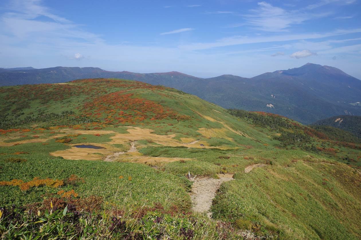 乳頭山から眺める岩手山と紅葉