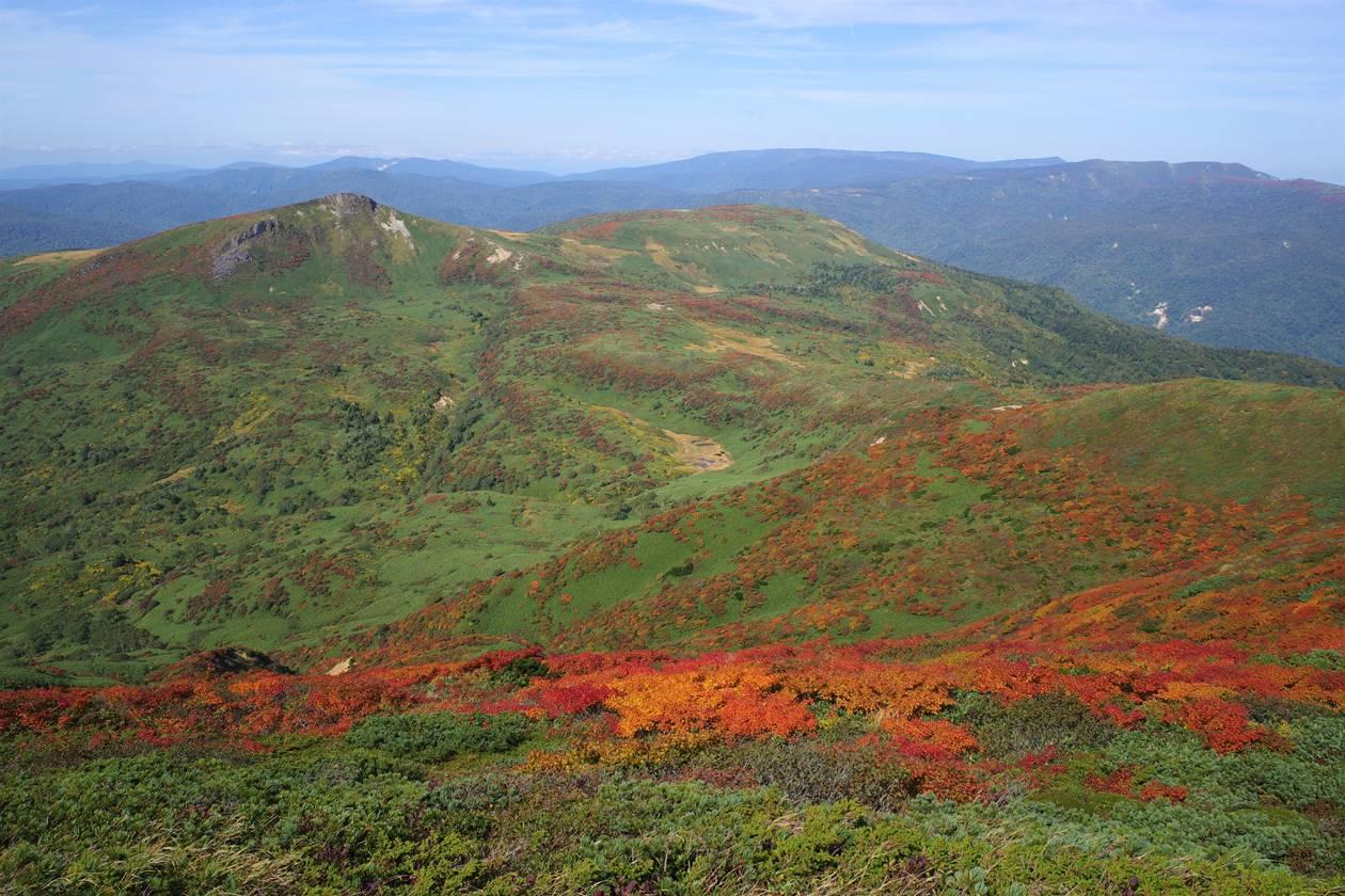 笊森山から眺める紅葉と乳頭山