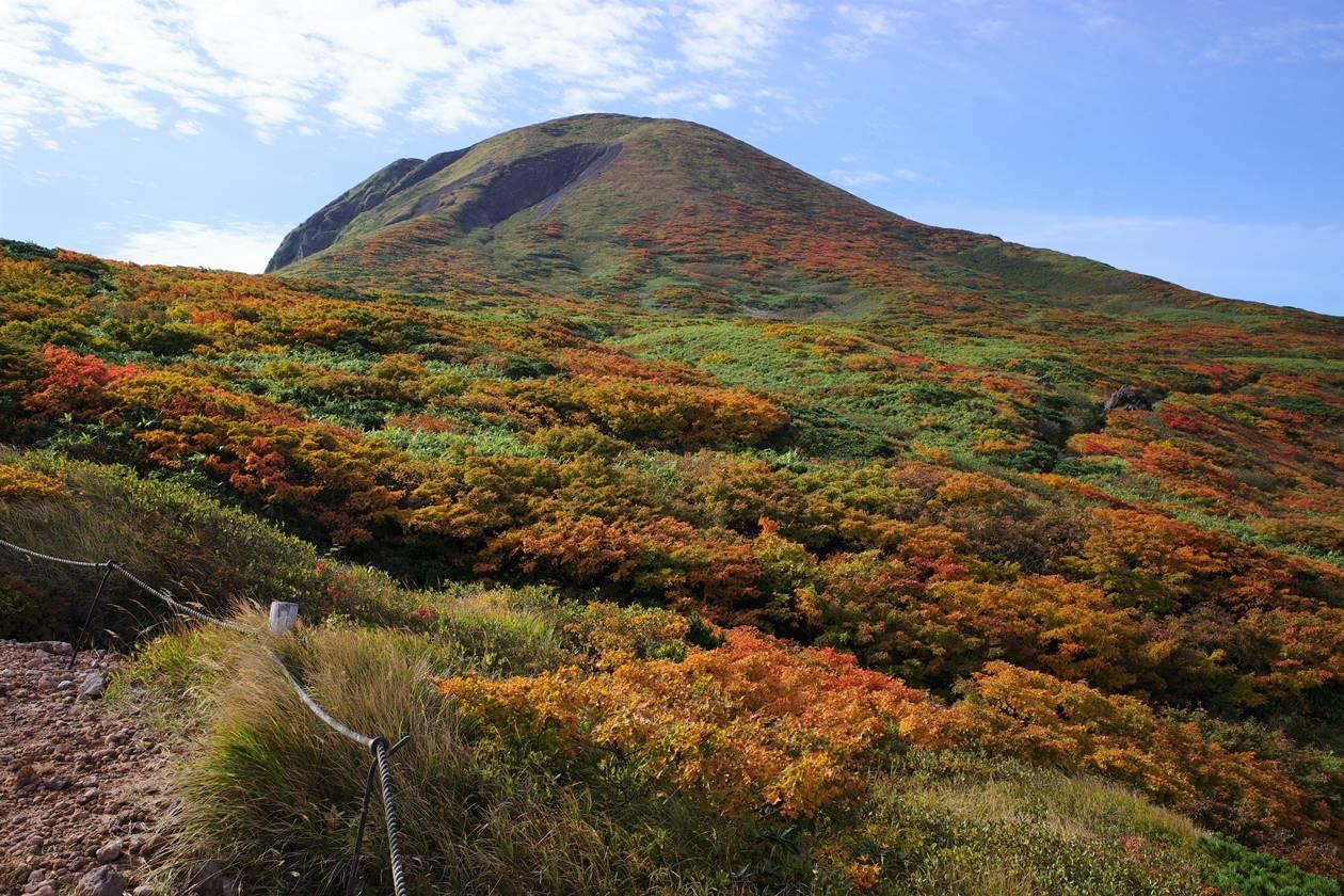 片倉岳展望台から眺める男女岳と紅葉