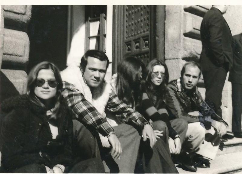 """Haciendo de extras como supuestos turistas en el rodaje de """"El Diablo se lleva a los Muertos"""" en 1973. Colección de Tomás García del Cerro"""