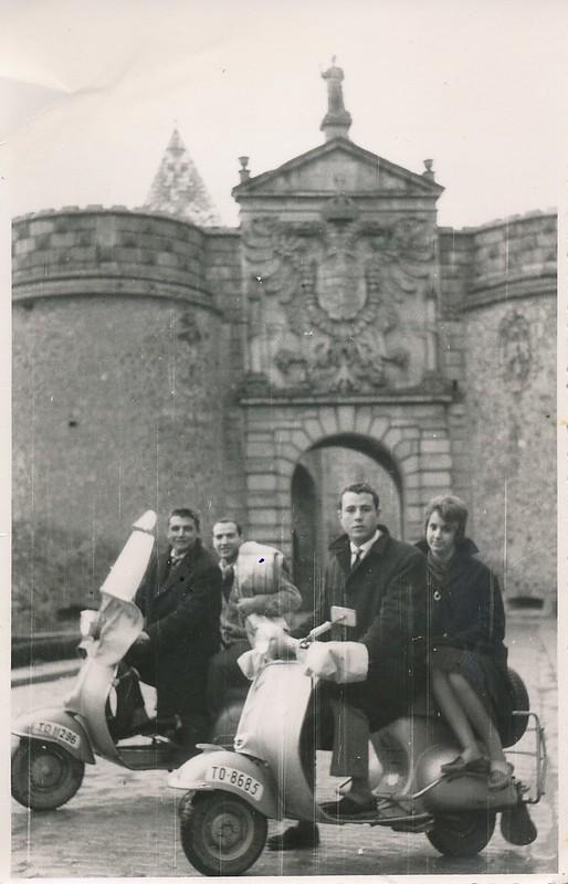 Montados en dos moto Vespa junto a la Puerta de Bisagra. Colección de Tomás García del Cerro