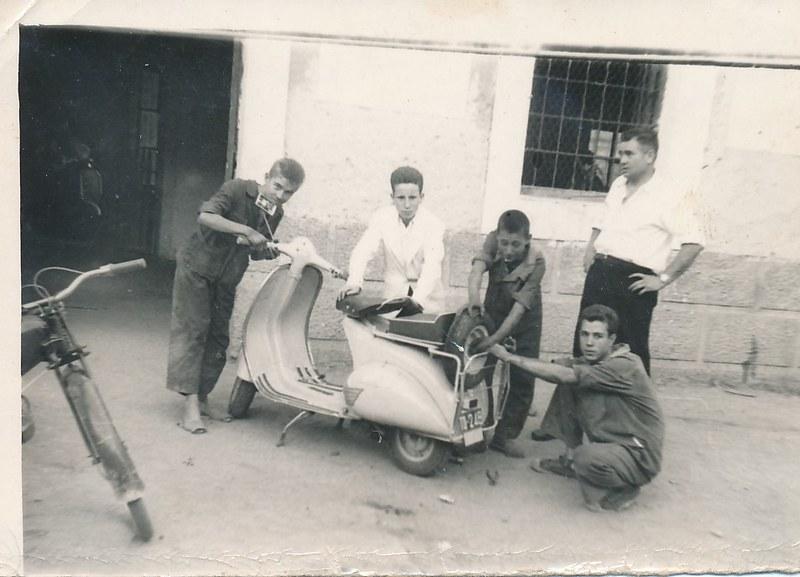 En el taller Moto Vespa de la Covachuelas. Colección de Tomás García del Cerro