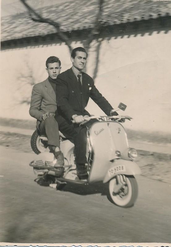 En una moto Vespa en Toledo. Colección de Tomás García del Cerro