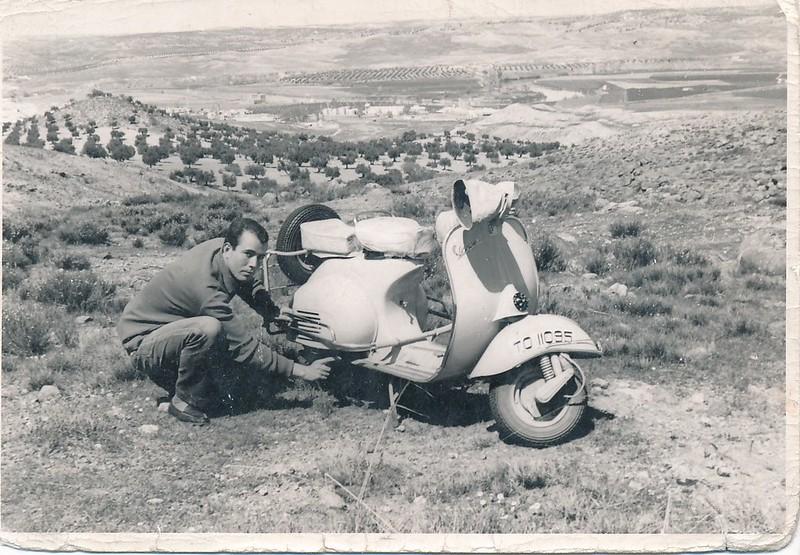Con su moto Vespa en las inmediaciones de Toledo. Colección de Tomás García del Cerro