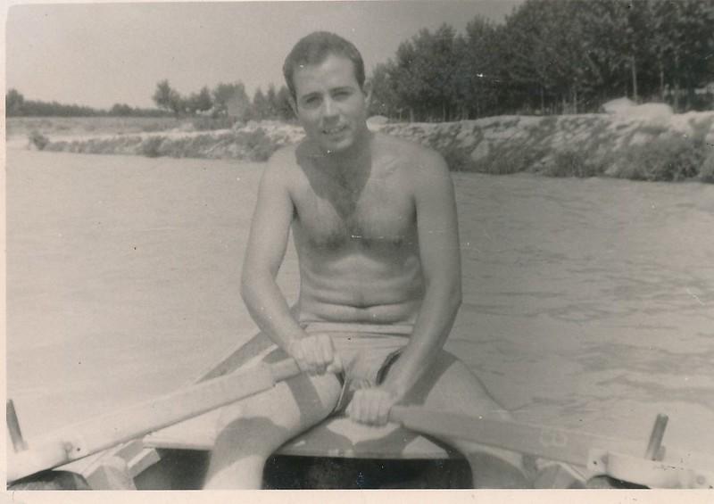 Con una barca de remos junto a la Playa de Safont en el río Tajo. Colección de Tomás García del Cerro