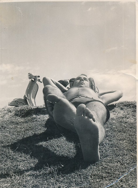 Con su moto Vespa en la Playa de Safont junto al río Tajo. Colección de Tomás García del Cerro