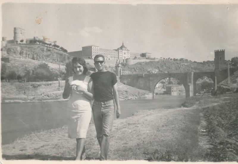 Con una amiga en la Playa de Safont junto al río Tajo. Colección de Tomás García del Cerro